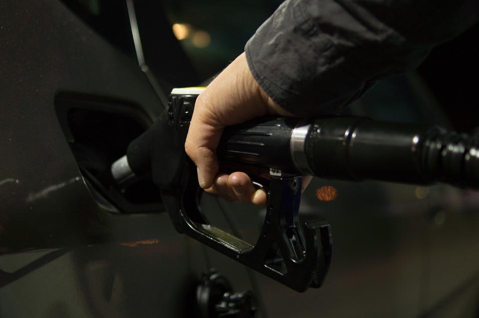 BREAKING NEWS: Cresc dramatic accizele la benzină şi motorină, la pompă scumpirea va fi de 45 de bani pe litru. Codul Fiscal se modifică din nou