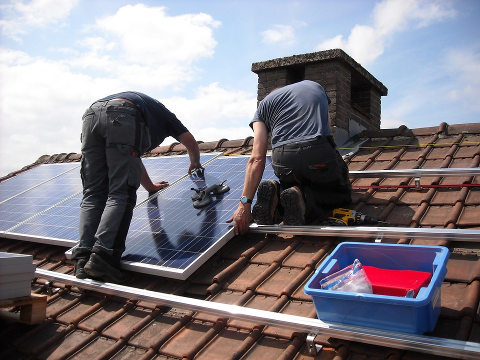 Programul prin care cetăţenii primesc 20.000 de lei de la stat să-şi pună panouri fotovoltaice acasă ar putea intra în impas. Cauzele