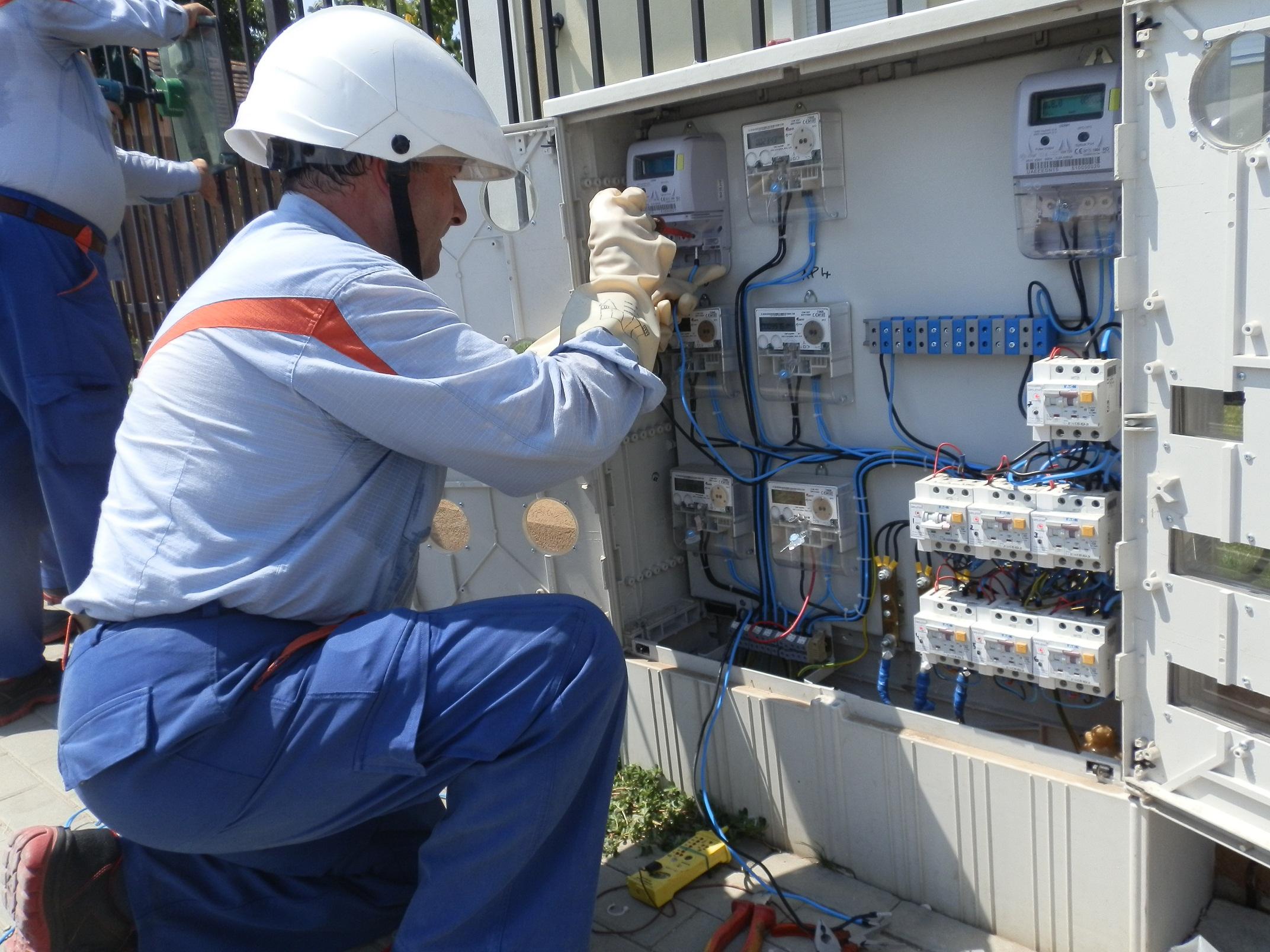 Tarifele de distribuţie a energiei electrice cresc de la 1 martie, ca urmare a taxei de 2% pe cifra de afaceri, pe care Guvernul anunţase că o prorogă