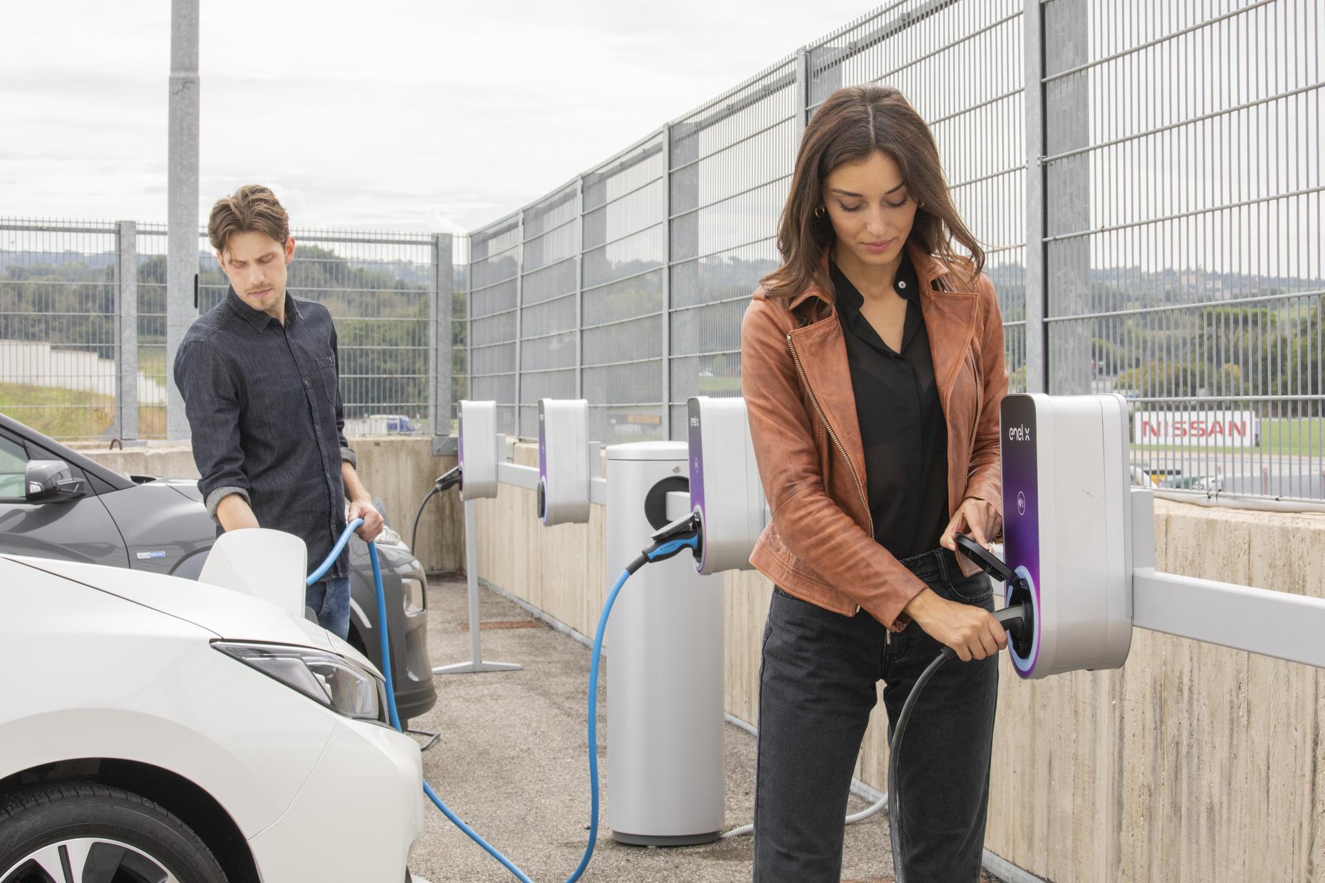 Enel a prezentat un nou concept de staţii de încărcare electrice smart cu care va împânzi Italia. Are în plan instalarea a 14.000 de staţii până în 2022. Le va aduce şi în România