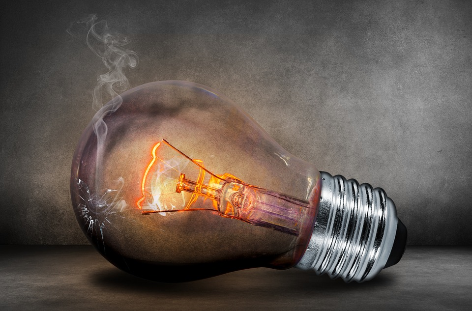 O factură anuală de electricitate de 100 kWh/lună e mai mare cu 3,5 lei de la 1 ianuarie. ANRE a luat 1,1 milliarde lei din banii Enel, Electrica, CEZ şi E.On