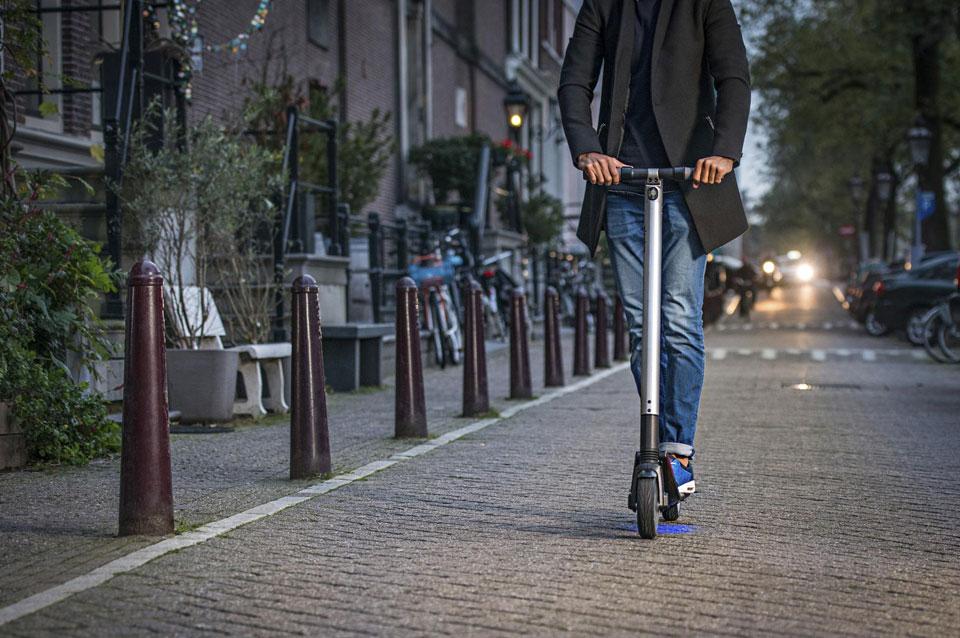 Compania germană care a cumpărat platforma Clever Taxi lansează serviciul de închiriere de trotinete electrice